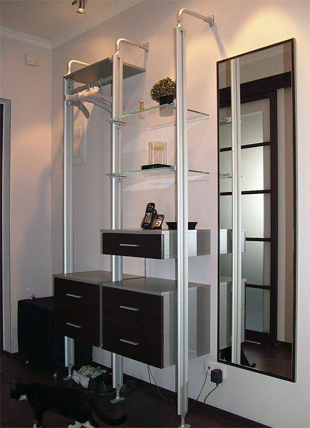 Узкие и высокие шкафы в прихожей