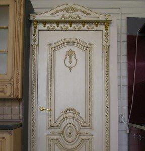 молдинги в дизайне двери