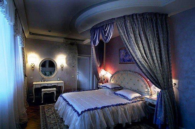 дополните кровать подушечками