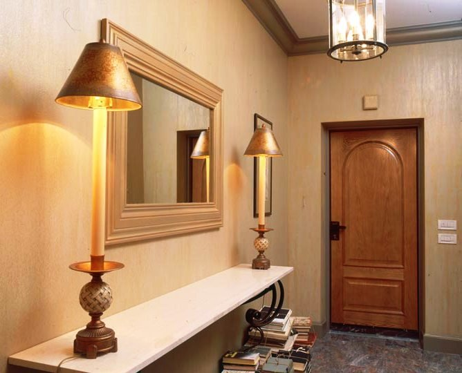 светильников по обе стороны зеркала