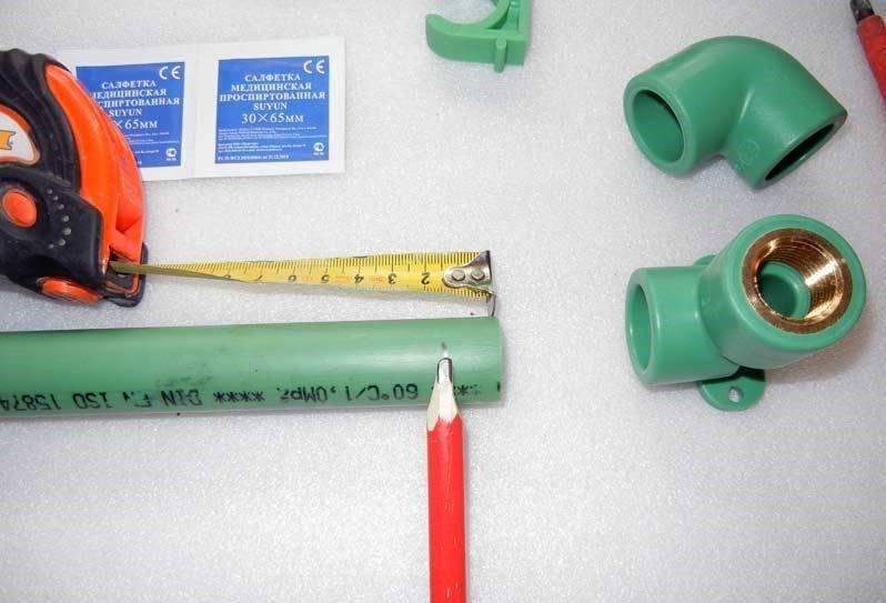 труба заходит в фитинг примерно на 15 мм.