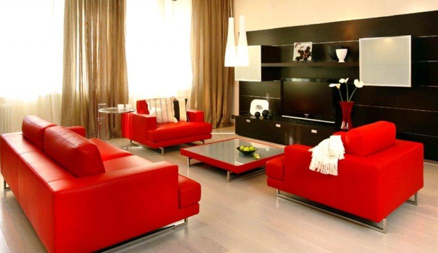 контрастные цвет в оформлении современной гостиной
