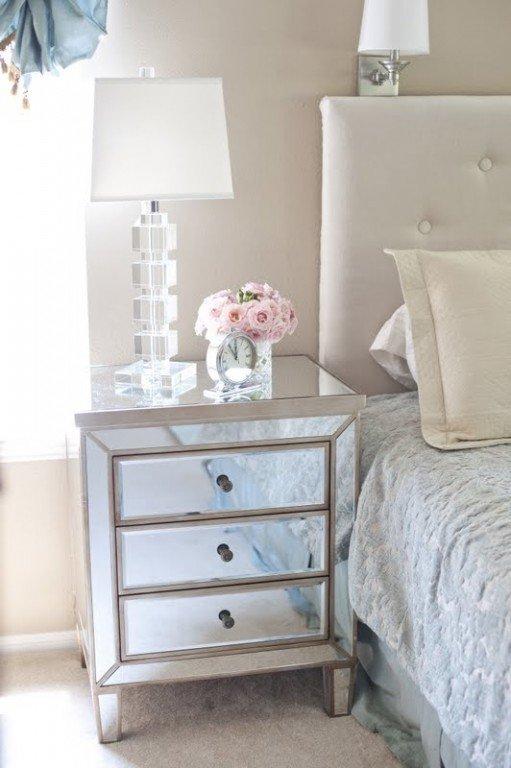 Зеркальная мебель в маленькой спальне