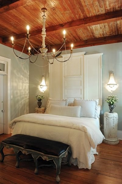 Давящий деревянный потолок в маленькой спальне