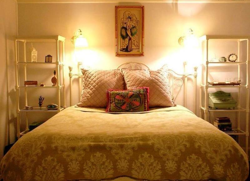 Открытые этажерки в интерьере маленькой спальни