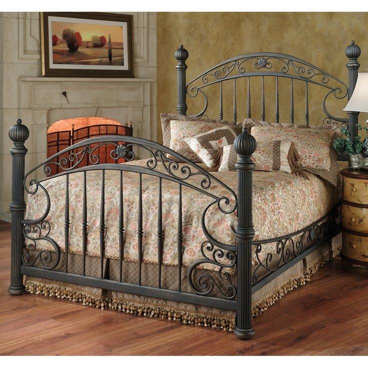 Кованая кровать в маленькой спальне