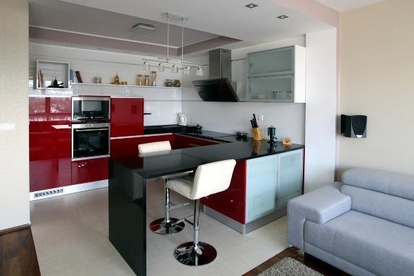 яркие цветные фасады кухонной мебели