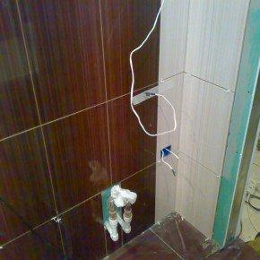 розетка на плитке в ванной