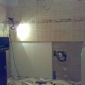 стена за кухонной мебелью