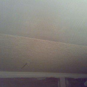 первый кусок обоев на потолке