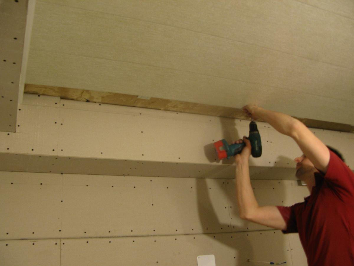 фиксирование предпоследней панели потолка