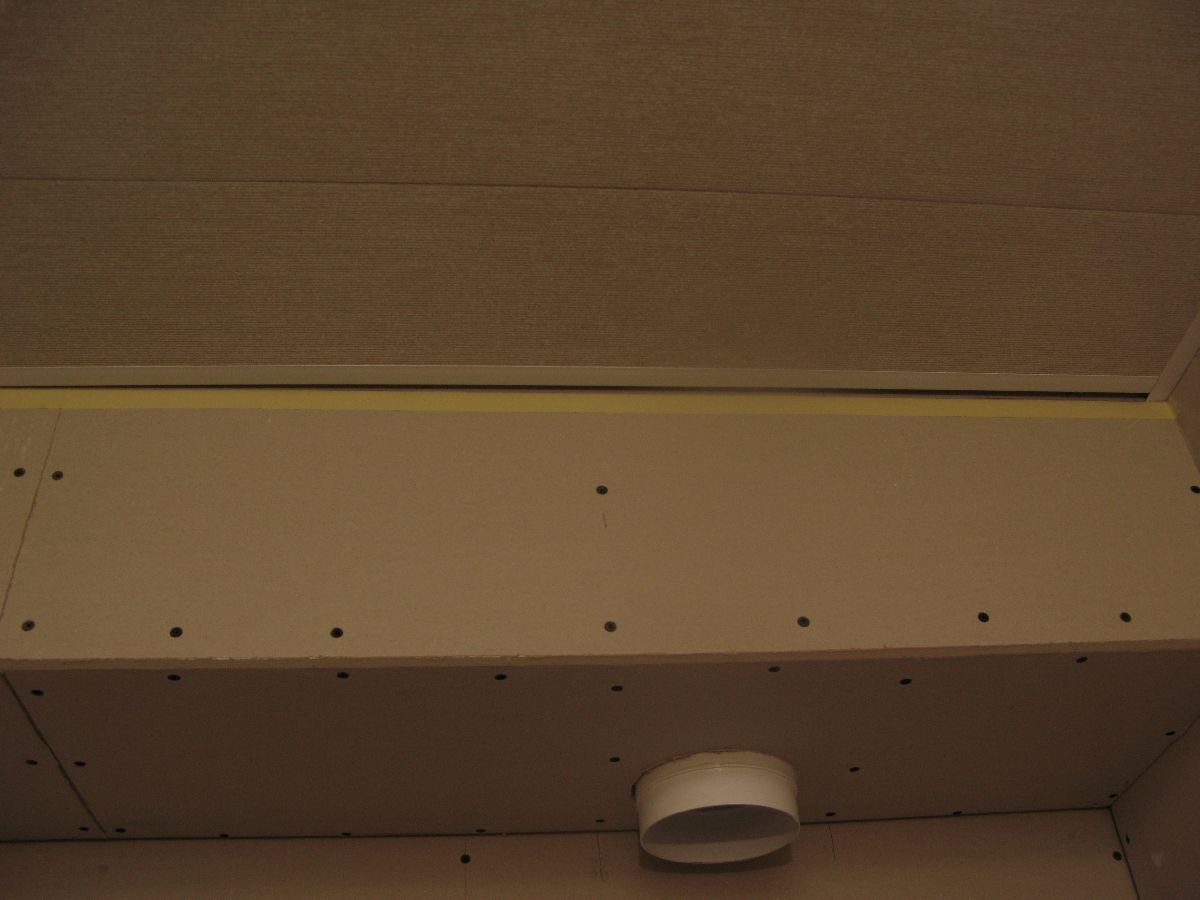 установка последней ПВХ панели на потолок