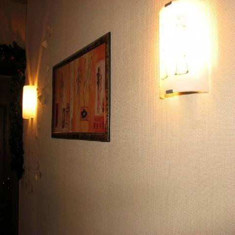 светильники вдоль стены в прихожей