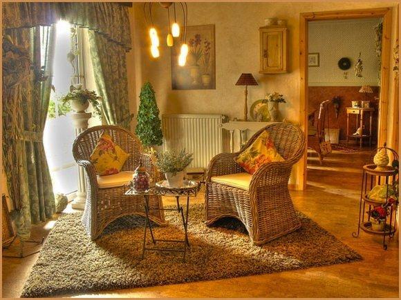 плетеная мебель в интерьере кантри
