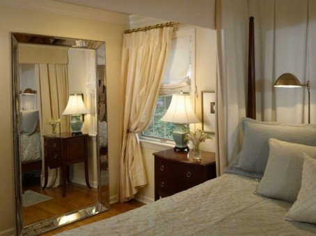 Зеркало — незаменимый атрибут любой спальни