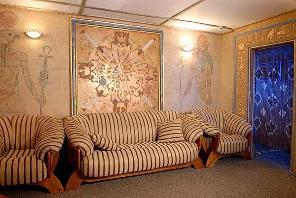Стены оформлены в египетском стиле