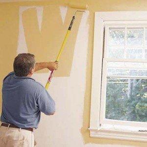 краска наноситься на стену плавными движениями
