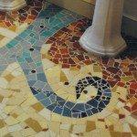 Мозаичные полы в интерьере ванной.