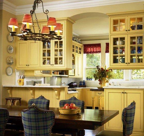 кухня освещена верхним светом