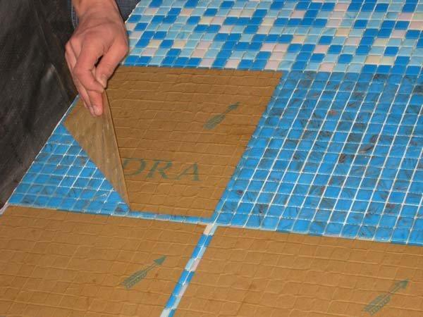 снятие бумаги с уложенной мозаики