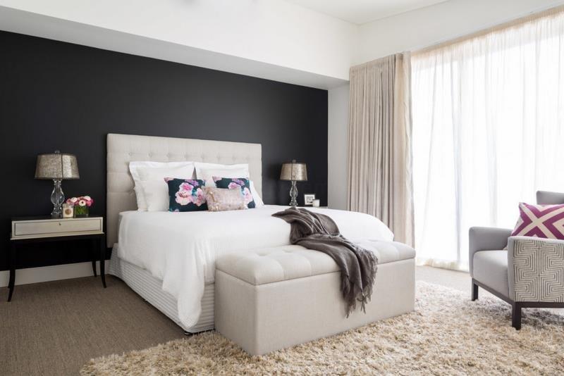 Светлый ковер в современной спальне