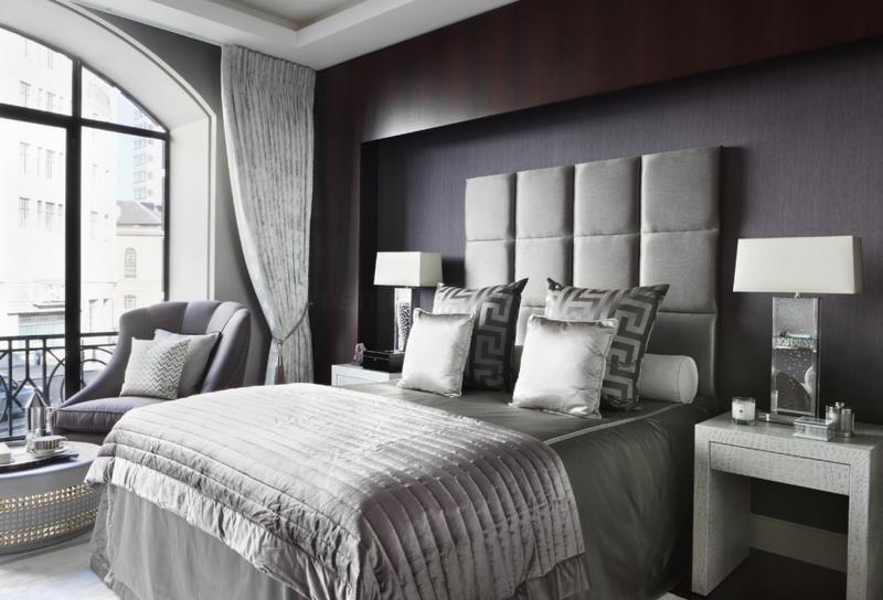 Высокие изголовья и зеркальные элементы современной спальни