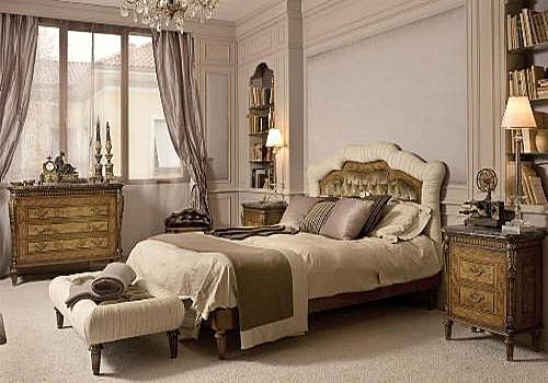 кровать в классической спальне