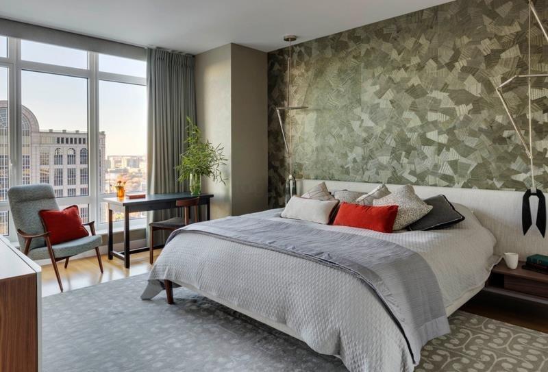 Плотный текстиль и телескопические источники света в современной спальне