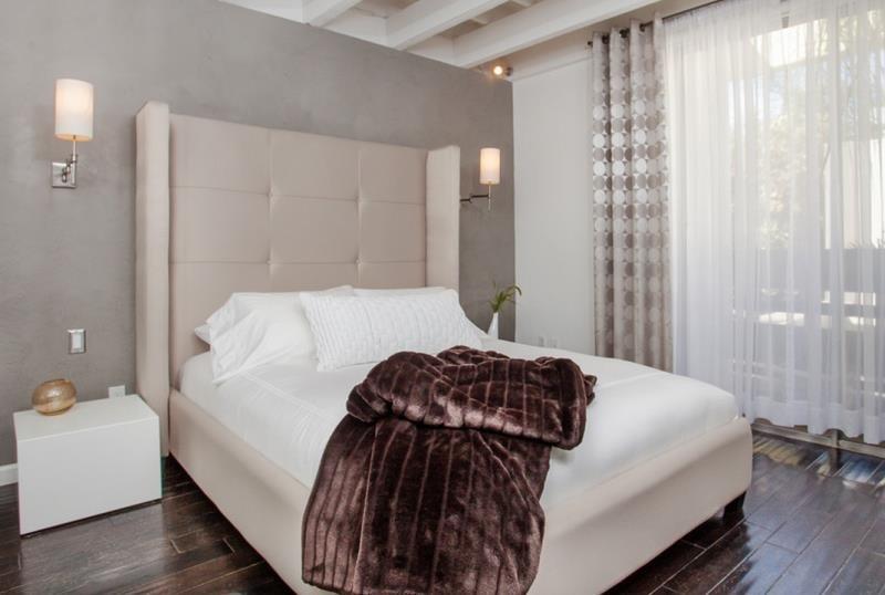 Изголовье кровати в современной спальне