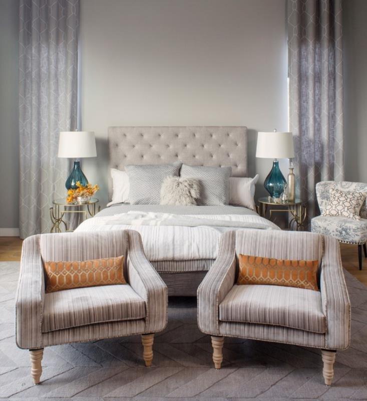 Стеклянная морская капля в лампе и изящные прикроватные столики в современной спальне