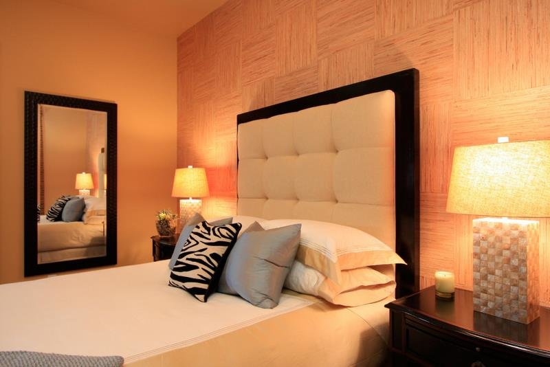 Фактурная плетенка под дерево в современной спальне