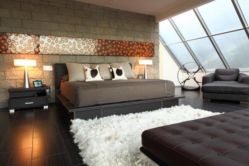 Декор акцентной каменной стены в современной спальне