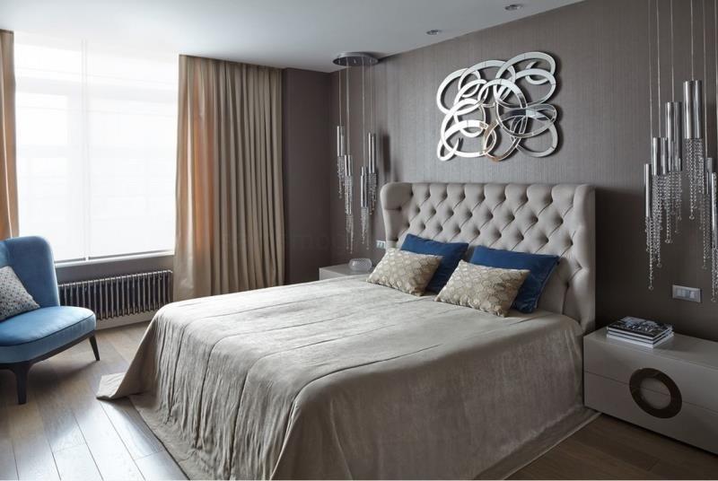 Витое зеркальное панно над изголовьем в современной спальне