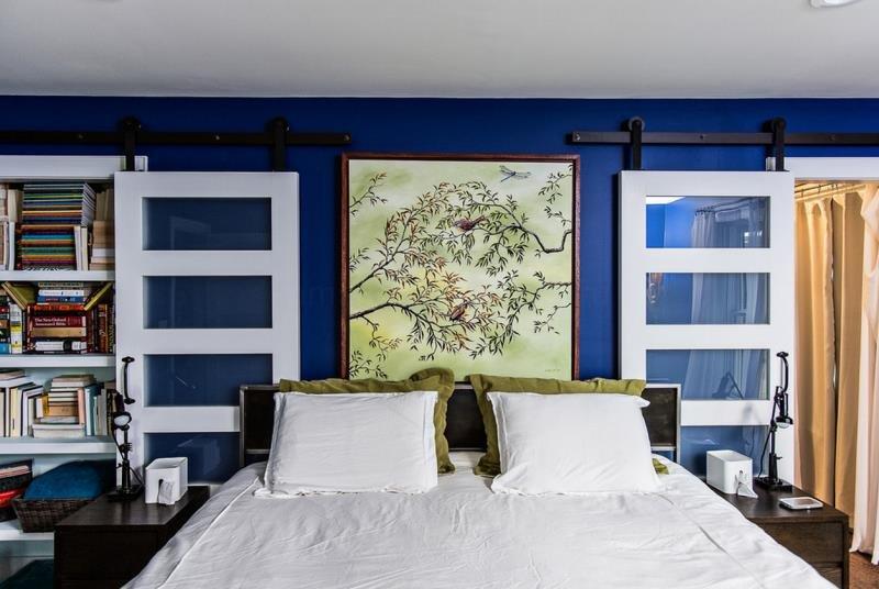 Идеи оформления современной спальни 2015 - раздвижные двери как элемент декора