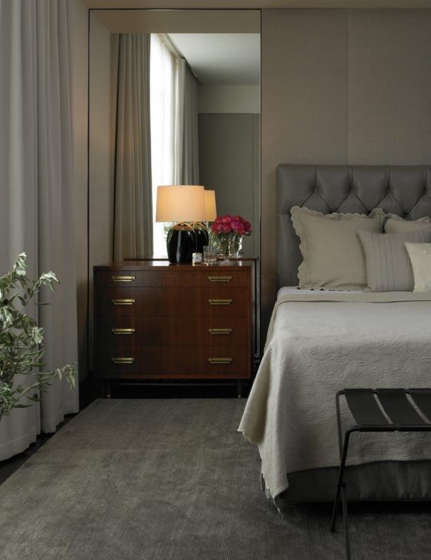 Зеркало-комод в современной спальне