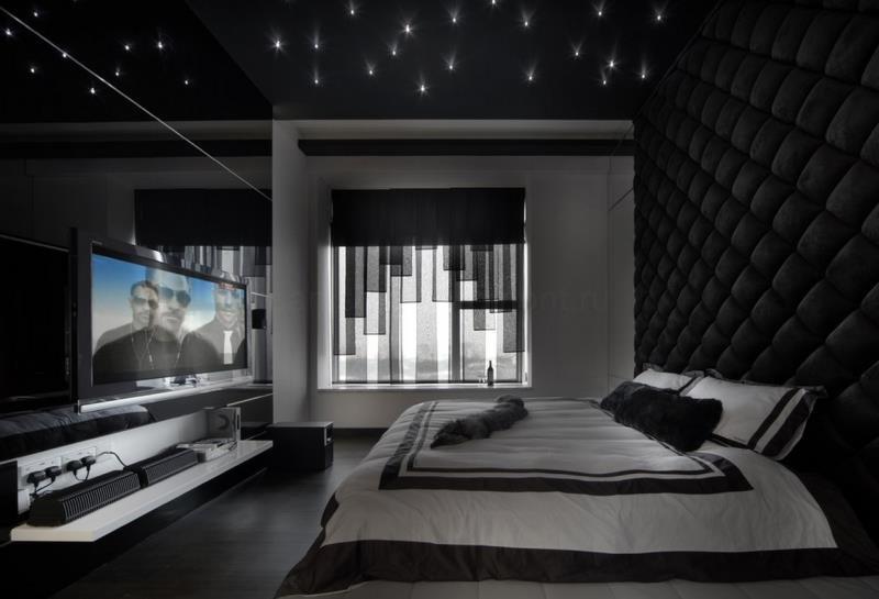 Стена-изголовье кровати в современной черно-белой спальне (Сингапур)