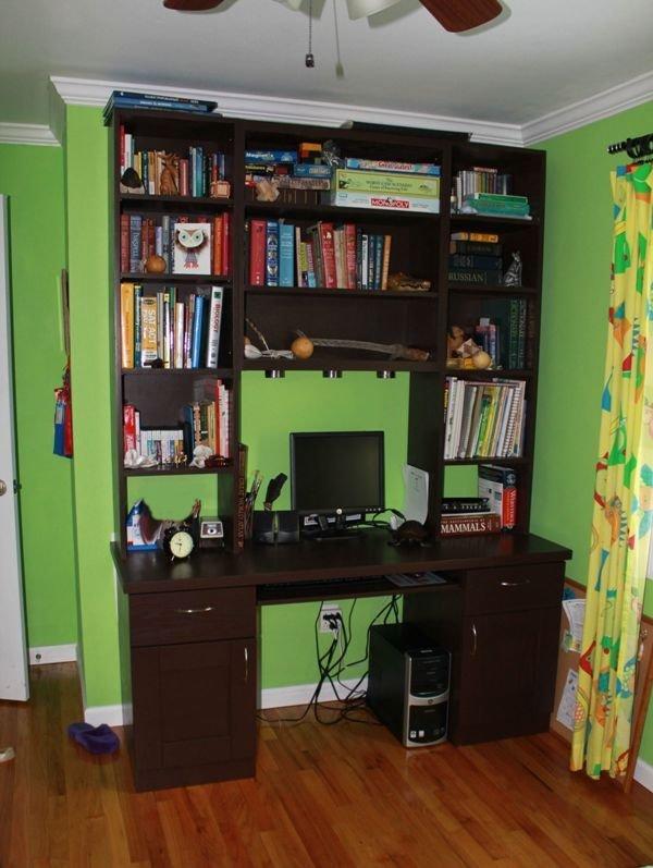 книжный стеллаж в комнате