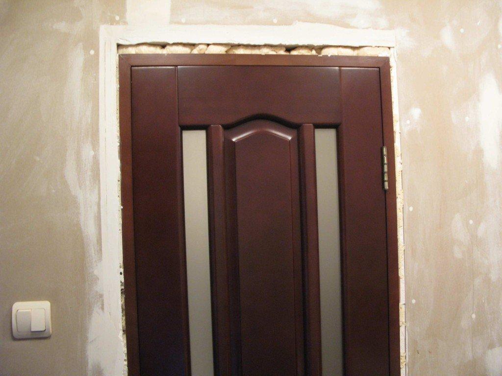 дверной проем с установленной дверью