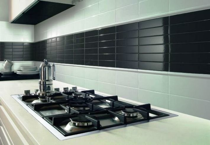 черно-белые плитки на стене