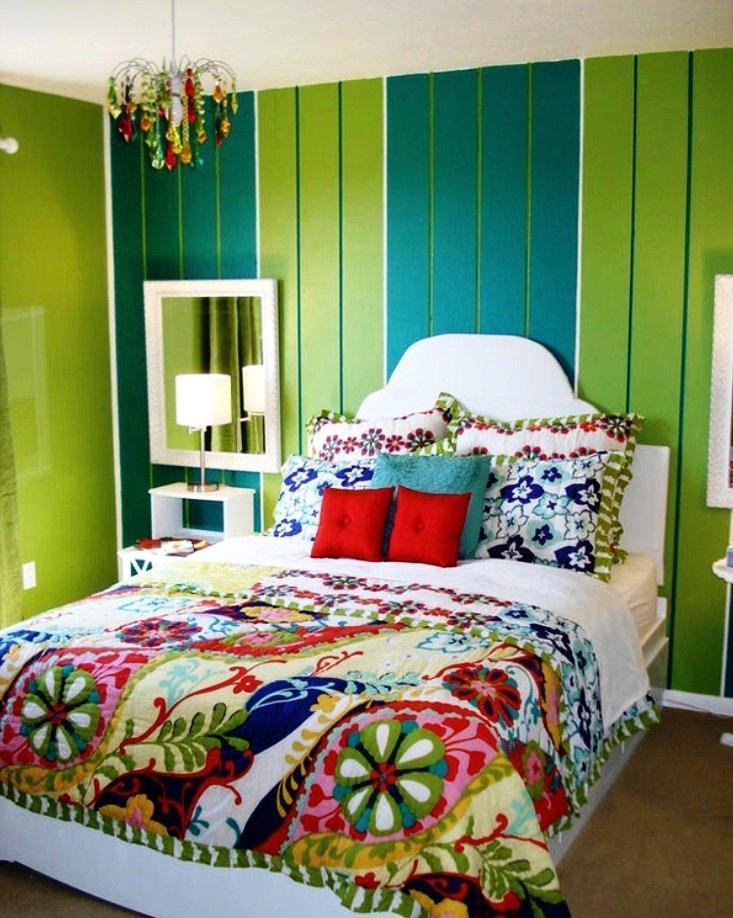 Дизайн яркой зеленой спальни