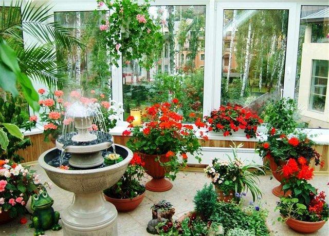 искусственный фонтан в зимнем саду