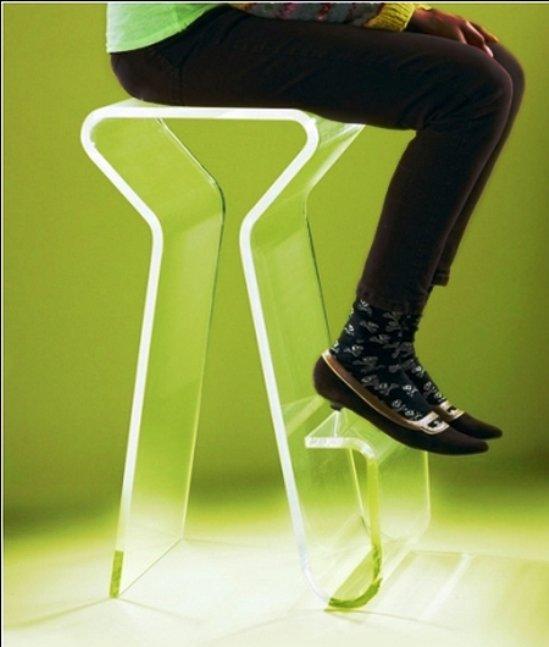 место сгиба ног относительно сиденья стула