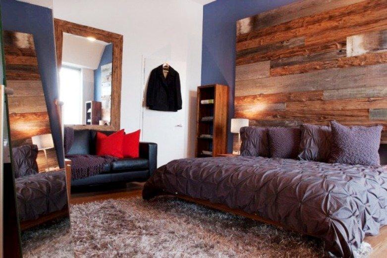 стена в спальне отделанная доской