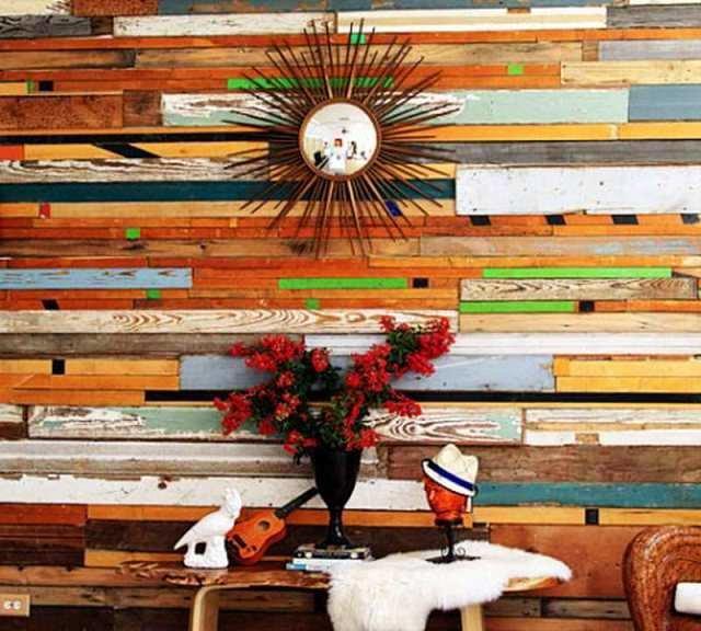 Разноцветная стена отделанная доской