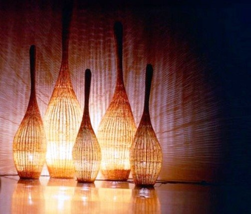 плетеные светильники обеспечивают игру теней
