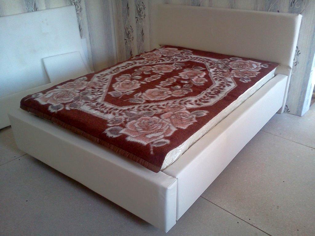 готовая кровать из кожи