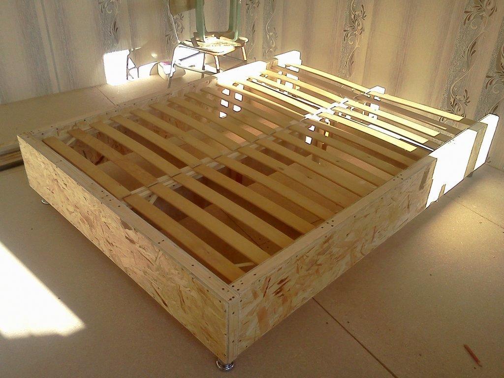 кровать установлена на ножки