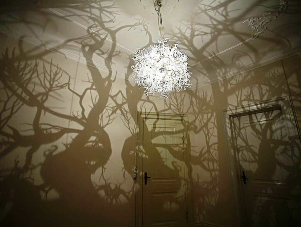 причудливые тени от декоративного абажюра