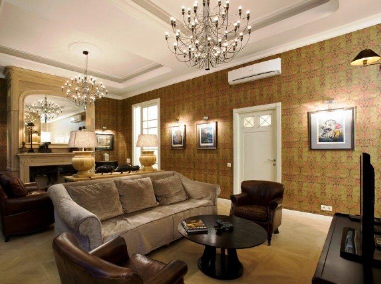 два светильника в просторной гостиной