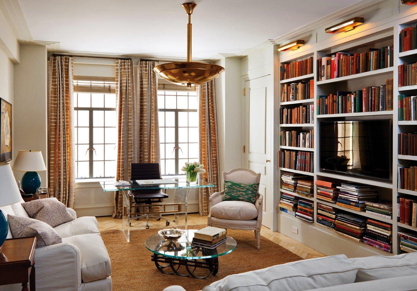 место для телевизора среди книжных стеллажей
